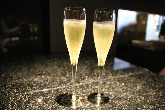 シャンパンを飲みながらプロポーズ